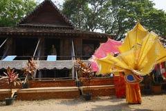 De danser die wachten op voert traditionele Thaise dans uit Stock Foto's