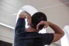 De danser improviseert bij de jam met opgeheven wapens stock fotografie