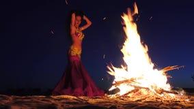 De danser kronkelt zich in buikdansen, kijkt zij sexy rond de brand stock video