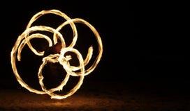 De Danser van de brand in dark Stock Afbeeldingen
