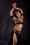 De danser van de buik in zwart kostuum Royalty-vrije Stock Foto's