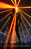 De danser van de club tegen laserstralen Royalty-vrije Stock Afbeeldingen