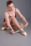 De danser van de dame zet op haar schoenen van het pointeballet Royalty-vrije Stock Foto's
