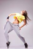 De danser van de vrouw in een hoogtepunt van energiedans stelt stock afbeeldingen