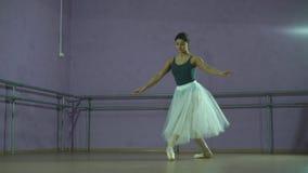 De danser voert een pirouette uit stock video