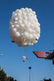 De danser voert het hangen van ballons bij de Kleurenlooppas 2014 uit in Milaan, Italië Stock Foto