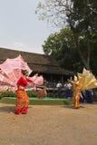 De danser voert traditionele Thaise dans uit Stock Foto