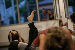 de dansers betaalt, benen, dacersbenen, barefoots in motie dichtbij vloer Royalty-vrije Stock Fotografie