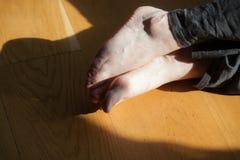 de dansers betaalt, benen, dacersbenen, barefoots in motie dichtbij vloer Royalty-vrije Stock Foto's