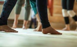 de dansers betaalt, benen, op vloer stock fotografie