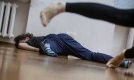de dansers betaalt, benen, op vloer stock afbeeldingen