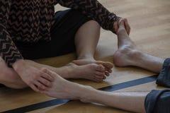 de dansers betaalt, het contact van benendansers, op vloer stock foto