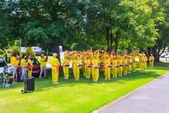 De dansers die van Falundafa Falun Gong in een park presteren royalty-vrije stock afbeeldingen