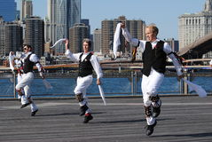 De Dansers die van Morris door de Rivier van het Oosten presteren Stock Afbeeldingen