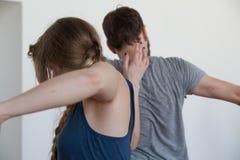 de dansers improviseren op het contact van jamdansers stock fotografie