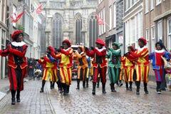 De dansers kleedden zich als Zwarte Piet Royalty-vrije Stock Foto