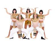 De dansers kleedden zich in het Egyptische kostuums stellen Stock Foto's