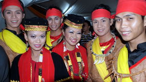 De DANSERS kleedden zich in traditionele Bidayuh royalty-vrije stock foto