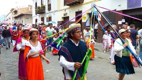 De dansers met linten tijdens parade paraderen Paseo del Nino stock afbeeldingen