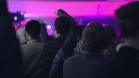 De dansers van de nachtclub bewegen hun organismen rond de vloer stock footage