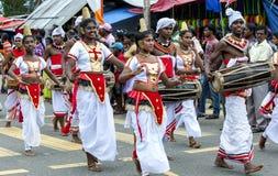 De Dansers van Srilankan de spelers en van Gete Beraya (trommel) peform tijdens Hikkaduwa Perahara in Sri Lanka stock foto