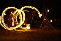 De dansersmeisje van de brand bij strand Royalty-vrije Stock Foto's