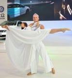 De dansersprestaties in chengdu auto tonen Stock Afbeeldingen