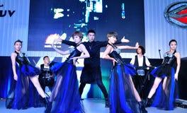 De dansersprestaties in chengdu auto tonen Stock Foto's