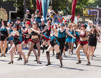 De dansgroep presteert in Parade Royalty-vrije Stock Afbeeldingen