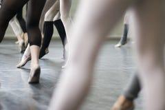 De danspraktijk van het ballet Stock Afbeeldingen