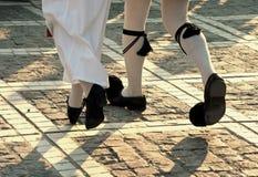 De dansstappen van middeleeuwse gekostumeerde uitvoerders. stock foto