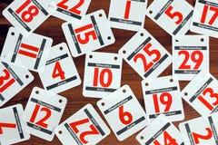 De data van de kalender die uit op een houten bureau worden uitgespreid. Royalty-vrije Stock Foto