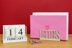 De datum van de valentijnskaartendag en kaart Stock Foto