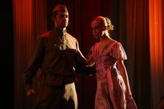 De datum van jongelui koppelt minnaarsmilitair de held en zijn meisje - het ballet, de dansersachtergrond royalty-vrije stock foto