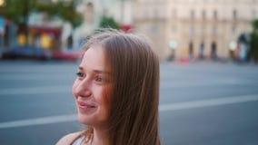 De datumman van de anticiperenvergadering gelukkige vrouwenomhelzing stock videobeelden