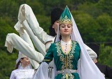 De de Adyghejongens en meisjes in nationale kostuums dansen op het etnische festival van Circassian in de bergen van Adygea Stock Foto's