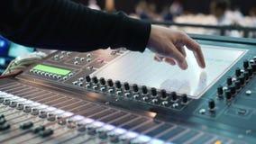 De de audioconsole en knop van opnamestudio's De correcte omroeper van directeursverslagen stock videobeelden
