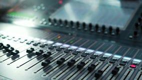 De de audioconsole en knop van opnamestudio's De correcte omroeper van directeursverslagen stock video
