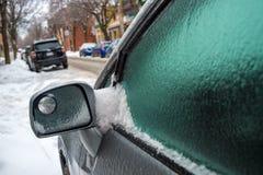 De de autospiegel en vensters zijn behandeld met ijs na het bevriezen regen stock afbeelding