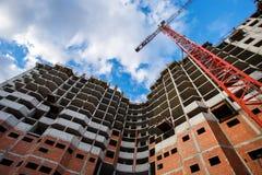 De de bakstenen concrete bouw van de kraanbouw in stad Stock Foto