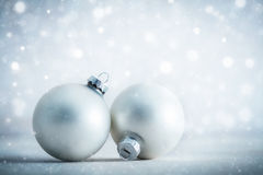 De de ballendecoratie van het Kerstmisglas op ijzig schittert achtergrond Royalty-vrije Stock Foto's