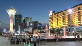 De de Bayterektoren en fontein tonen bij nacht timelapse Astana, Kazachstan stock videobeelden
