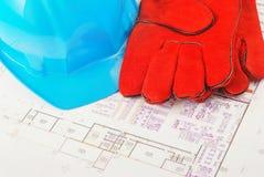 De de beschermende handschoenen en helm van de bouw Stock Foto's