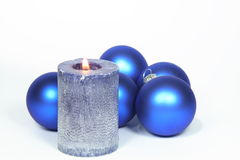 De de blauwe ballen en kaars van de Kerstmisboom Stock Afbeelding