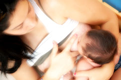 De De borst gevende Zuigeling van de Moeder van de tiener stock fotografie
