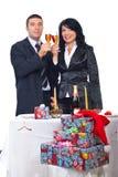 De de champagnetoost van het paar en viert Kerstmis Royalty-vrije Stock Foto's