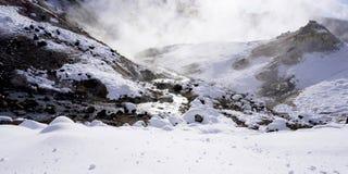De de close-upsteen en stroom in de mist Noboribetsu onsen sneeuw wint Royalty-vrije Stock Foto