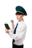 De de controlearbeider van de douane controleert zorgvuldig documenten Royalty-vrije Stock Fotografie