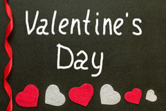 De de daghand van Valentine ` s schrijft op het schoolbord Royalty-vrije Stock Foto's