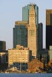 De de Douanekantoor Klokketoren en horizon van Boston bij zonsopgang, zoals die van Zuid-Boston, Massachusetts, New England wordt Royalty-vrije Stock Fotografie